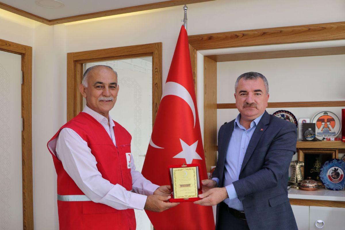 Kızılay'dan Belediye Başkanı Özdemir'e Plaket