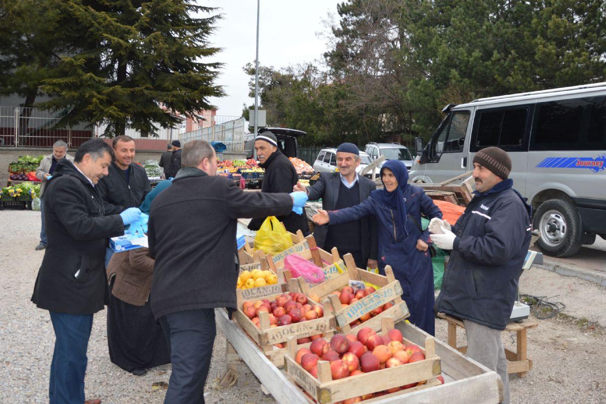 Havza'da Pazar Esnafına ve Vatandaşlara Eldiven Dağıtıldı