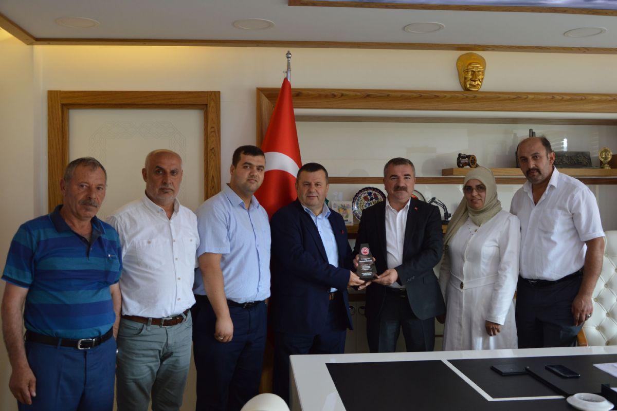 Başkan Özdemir'e Plaket